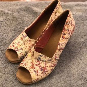 Sweet Used Toms Wedges Size 8 💕Pics show use.